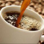 Café e bebidas com cafeína.