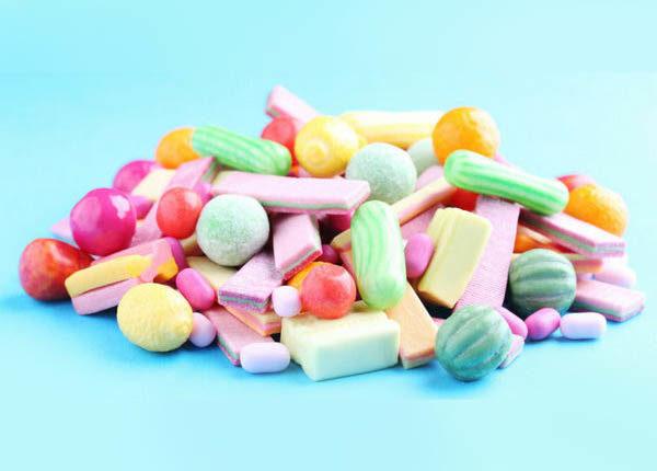 Cuidado com o excesso de doces, principalmente os pegajosos.