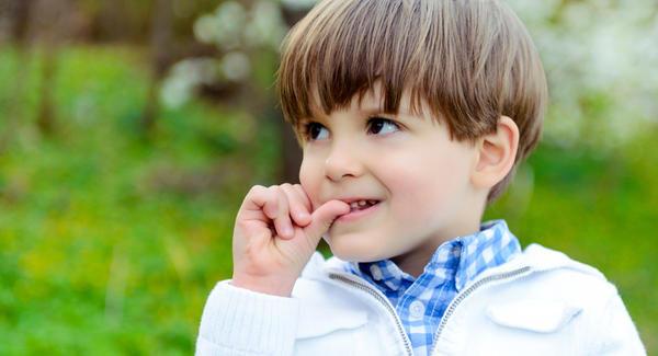 Criança viciada em roer as unhas